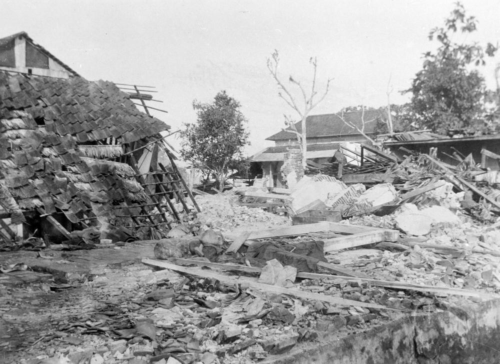 Figure 3: Chinese suburb destroyed by earthquake, Ambon, 1898. Collection Stichting Nationaal Museum van Wereldculturen. Collection no. TM-10003972.