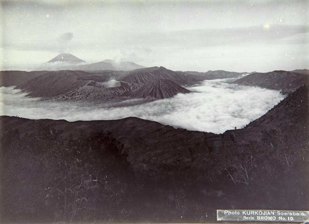 Figure 9: N.V. Photografisch Atelier Kurkdjian (Fotostudio), View from the Penanjakan over the Sand Sea and the Batok, Bromo, Widodaren and Semeru volcanos at dawn, with morning mist. 1890-1935. Collection Stichting Nationaal Museum van Wereldculturen. Collection no. TM-60003467.